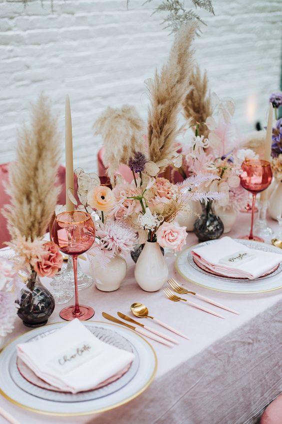 أدوات مائدة بألوان متعددة