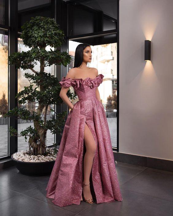 فستان خطوبة لامع بفتحة ساق جانبية