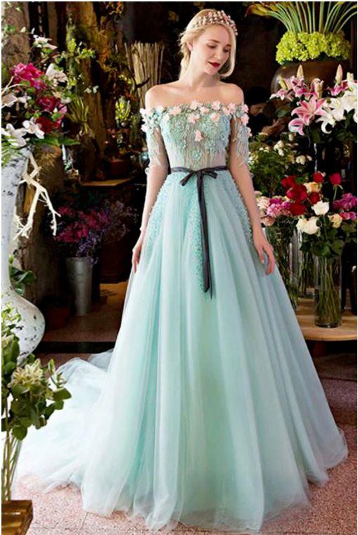 فستان خطوبة منفوش مزين بالورود