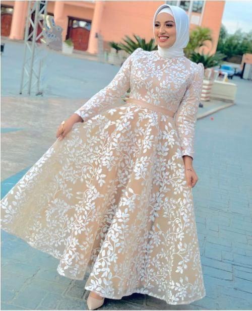 فستان مطبع بنقشة الأزهار من التول والساتان