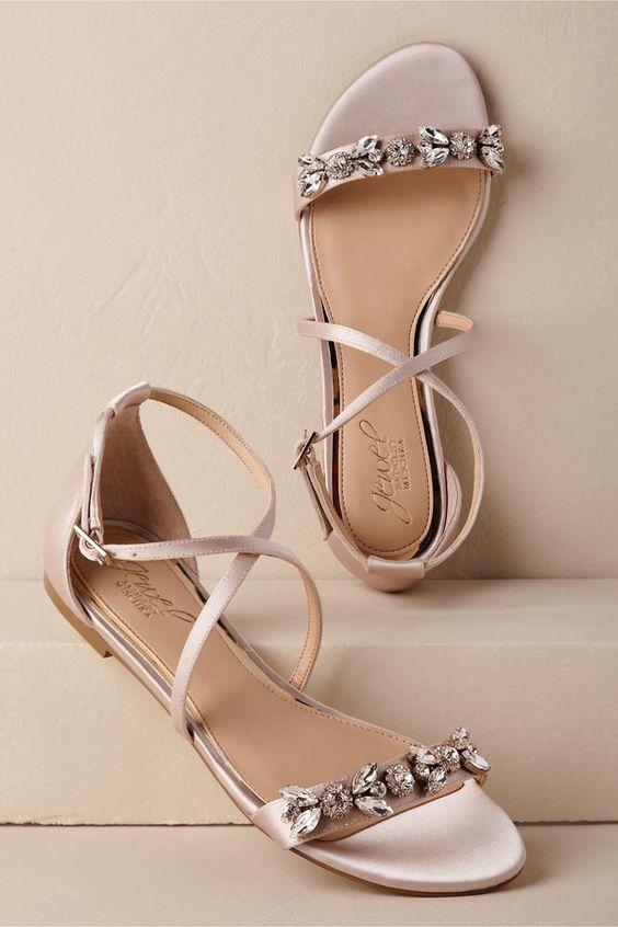 حذاء على شكل فيونكة ومفتوح من الأمام