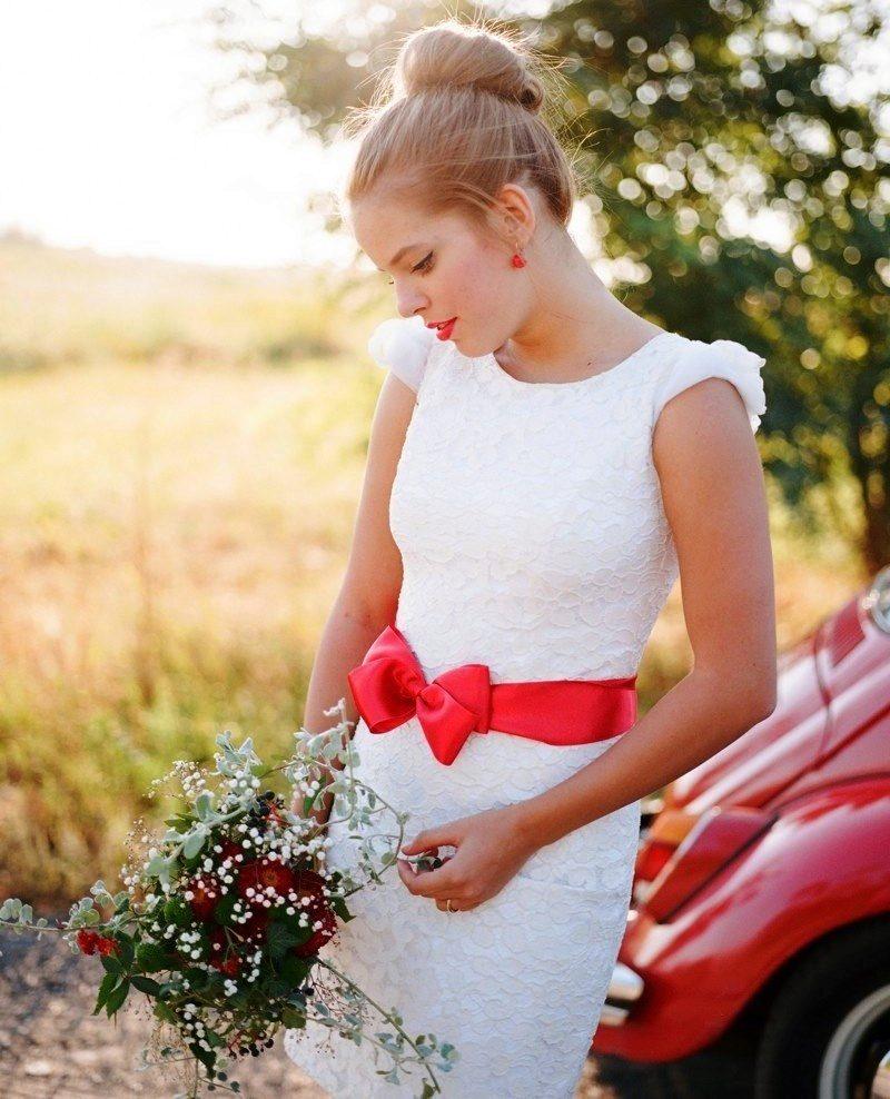 حزام أحمر من الساتان أو الحرير