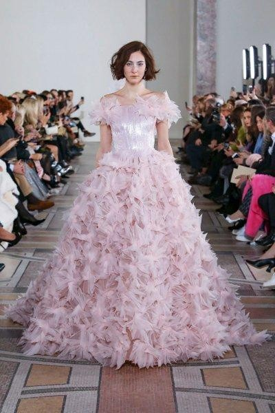 فستان زفاف وردي منفوش