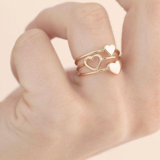 خاتم بسيط من الذهب الأصفر على شكل قلوب صغيرة