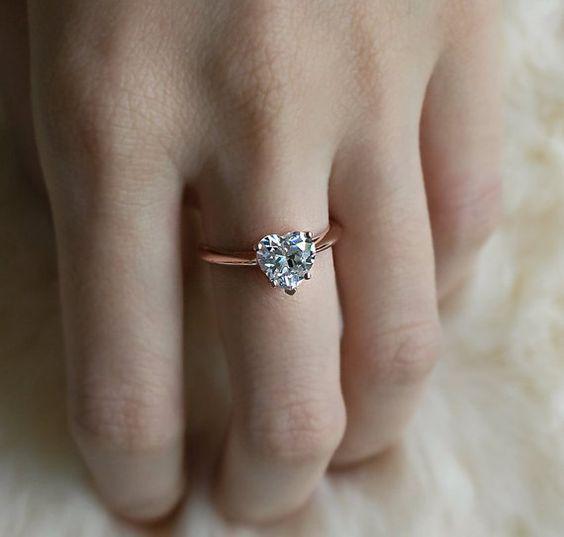 خاتم من الذهب الوردي على شكل قلب