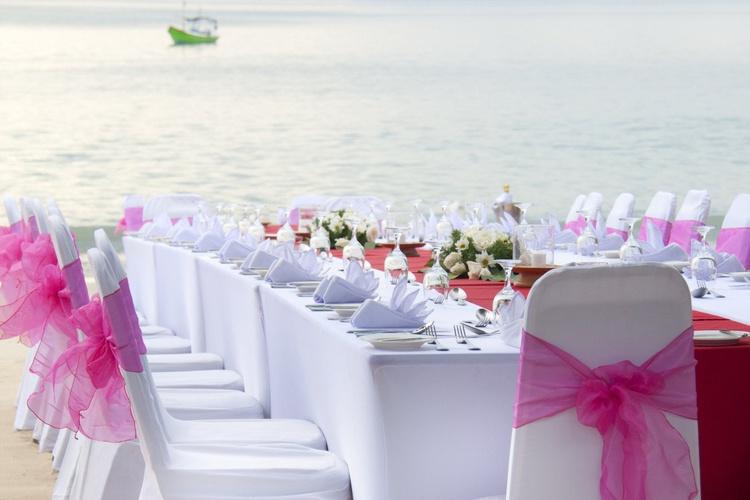كراسي الزفاف البيضاء