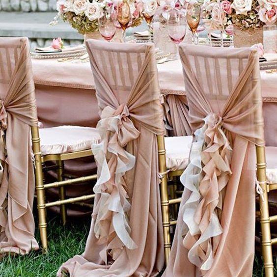 كرسي زفاف مزين بالشيفون والكرانيش