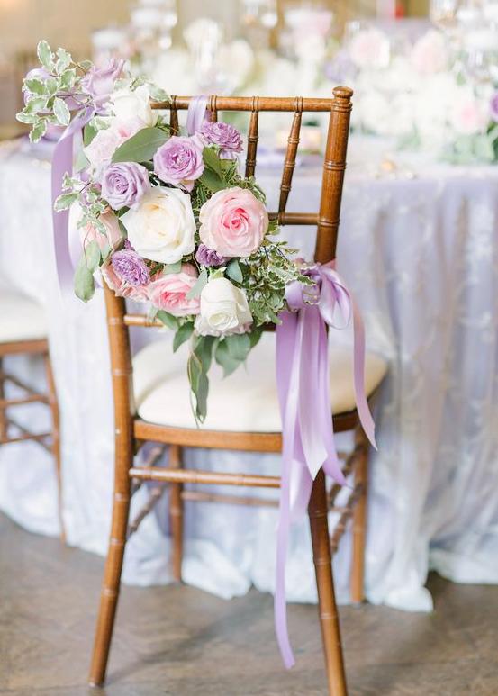 كرسي زفاف مزين بالورود وشرائط من الحرير
