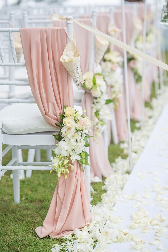 كرسي زفاف مزين بشرائط من الشيفون والأزهار