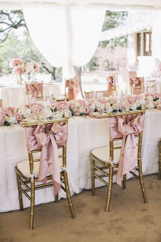 كرسي زفاف مزين بشرائط من الساتان على شكل فيونكة