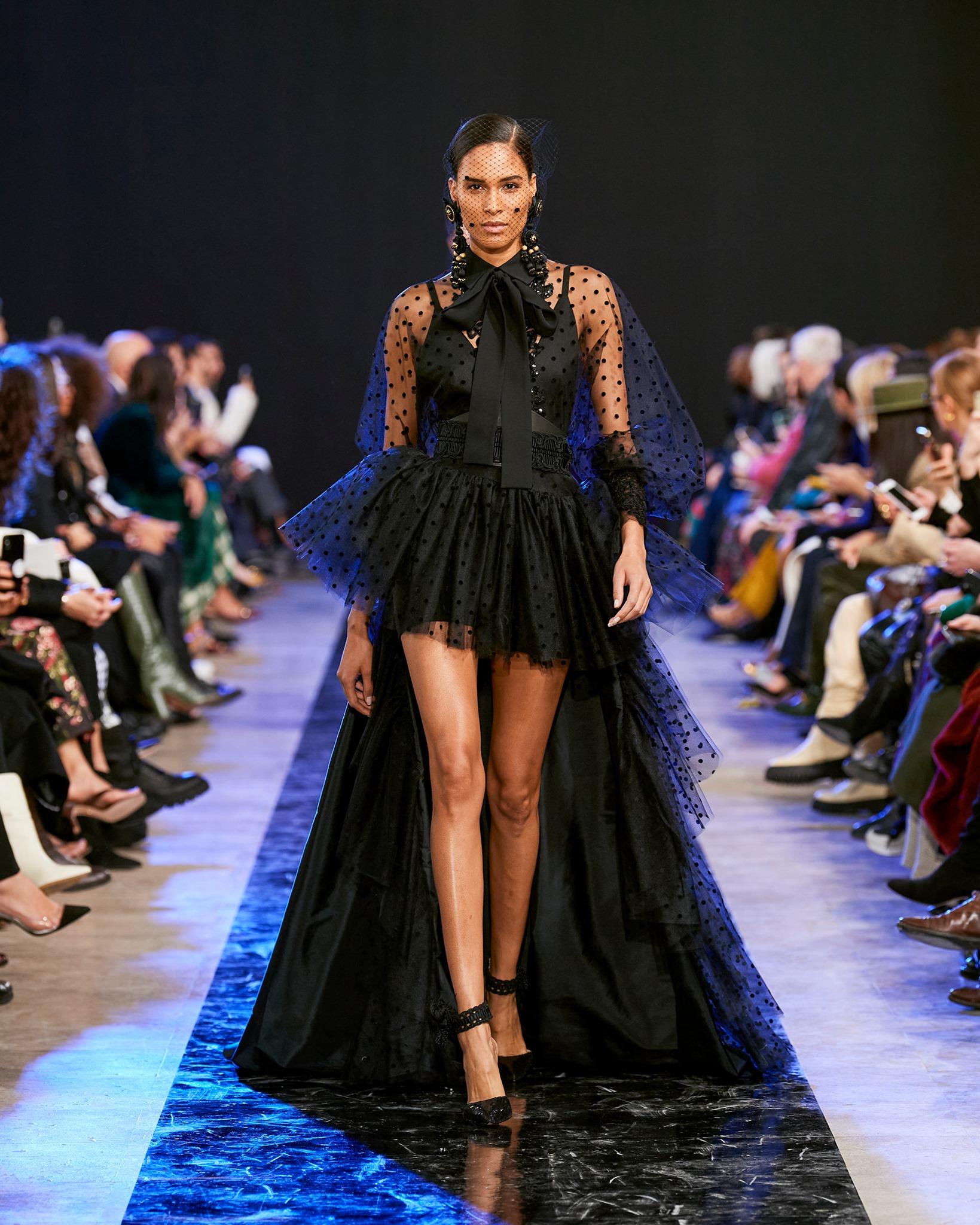 الفساتين القصيرة من الأمام والطويلة من الخلف