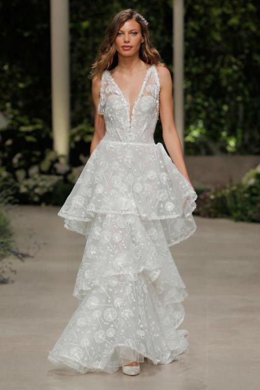 فستان زفاف بتنورة طبقات