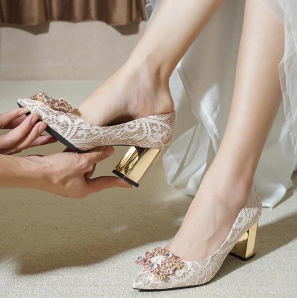 أحذية باللون الذهبي