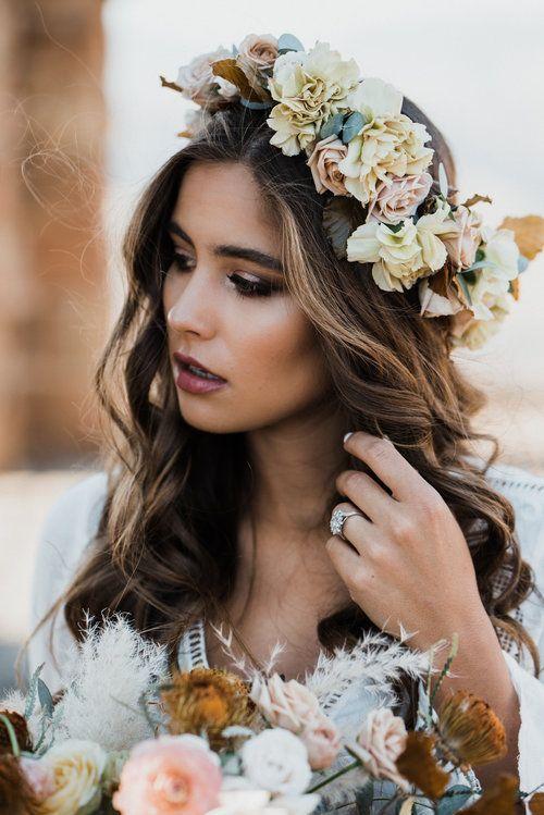 تسريحة شعر عروس منسدلة مع تاج من الورود