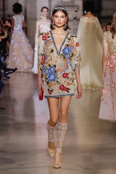f492cac4c2bc8 يمكنكِ ارتداء الفساتين البسيطة المطرزة بالكامل، مع اكسسوارات من أحجار  اللؤلؤ، حتى تبدين كـ سيدة من زمن الفن الجميل. كسر القواعد في ارتداء الملابس  لهذه ...