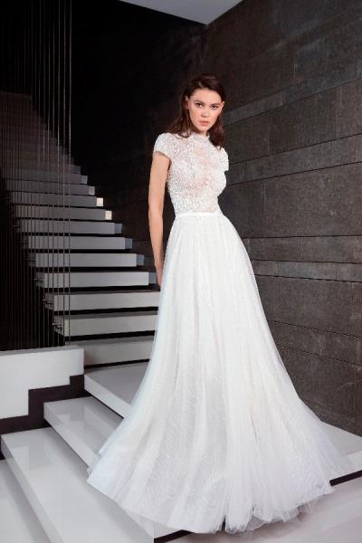 31e568abd9933 وهي فساتين الزفاف المزينة بأربطة الفيونكة، والتي تنوعت بين فيونكة حول الخصر  مثل فستان Watters، فيونكة الأكتاف مثل فستان زفاف Amsale، فيونكة الصدر مثل  فستان ...