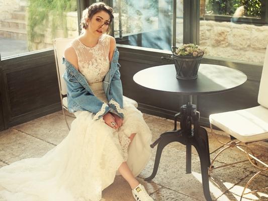 إطلالة عصرية للعروس دانييلا رحمة