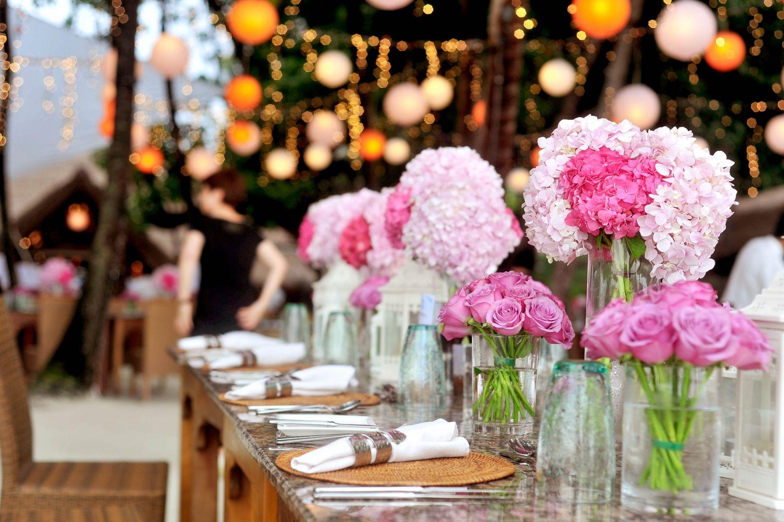تزيين طاولات الاستقبال بالورود