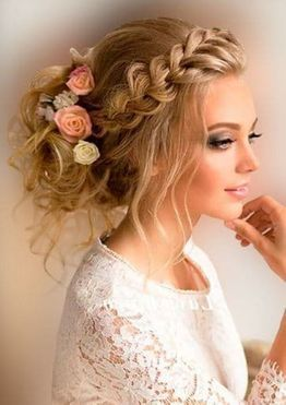 تسريحة الضفيرة المعقودة على شكل تاج مع تزيين الشعر بالورد
