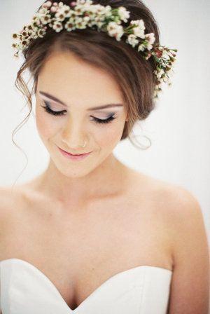 تسريحة شعر مزينة بالورود للعروس