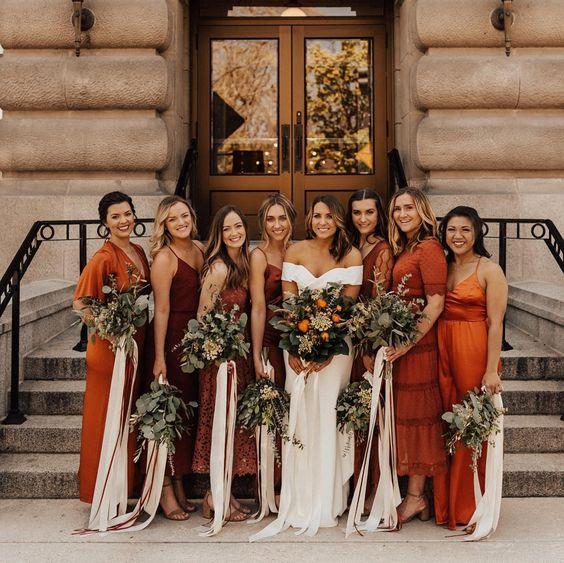 وصيفات العروس باللون المشمشي