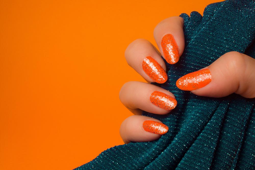   مانكير برتقالي نيون وجليتر برونزي على مقدمة الأظافر 
