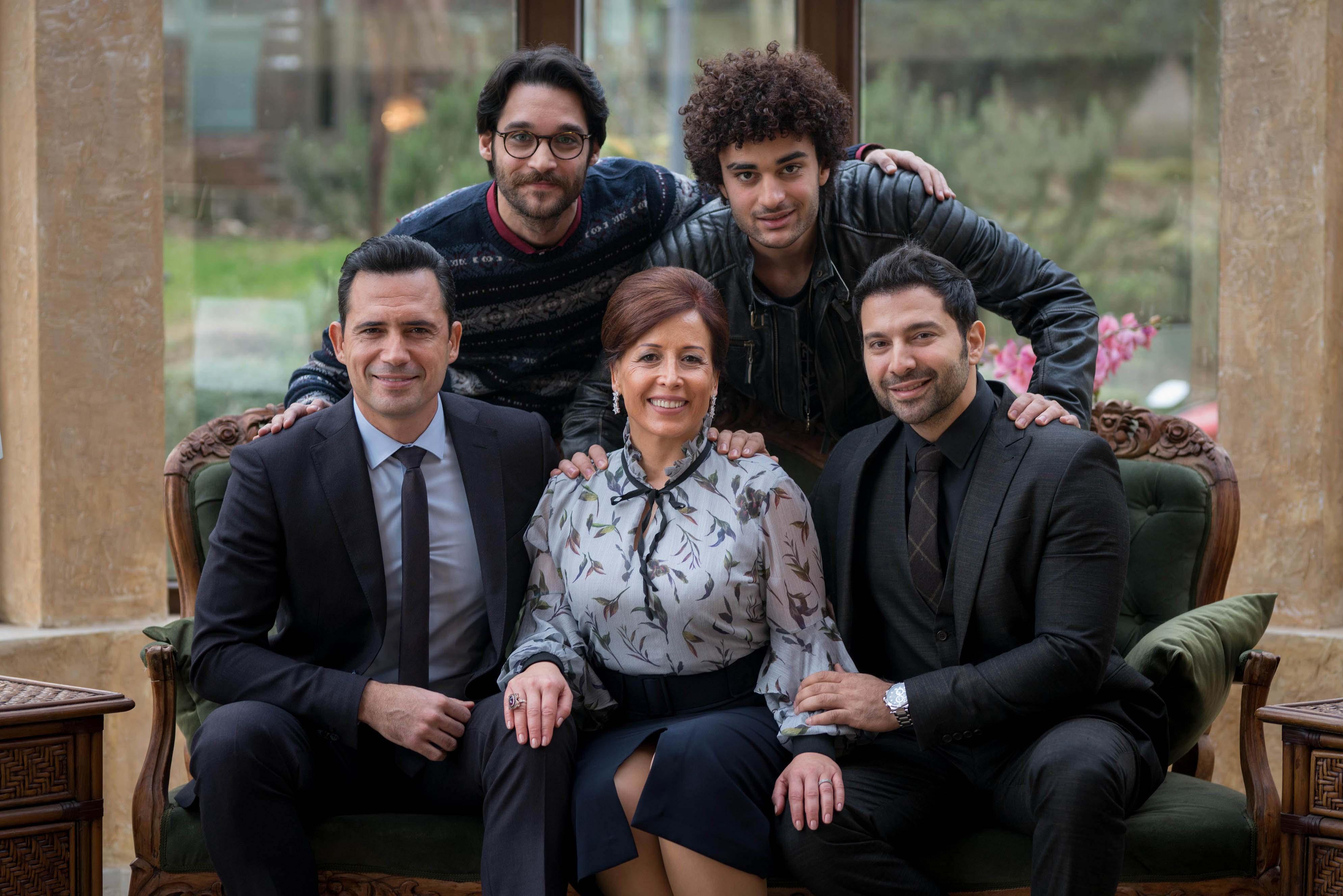 """صورة لأبطال العمل وبعض الممثلين في """"عروس بيروت"""""""
