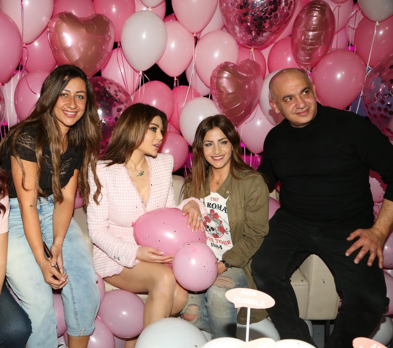 صورة لـ هيفاء وأصدقائها