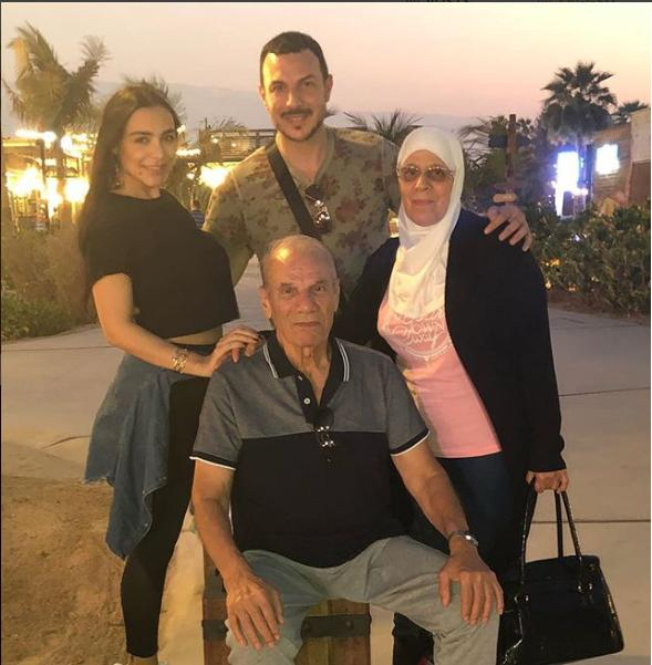 باسل برفقة والديه وزوجته