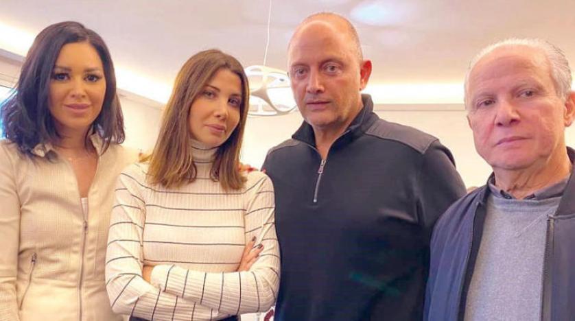 صورة لـ نانسي وزوجها ووالدها خلال حوار مع الزميلة دارين شاهين
