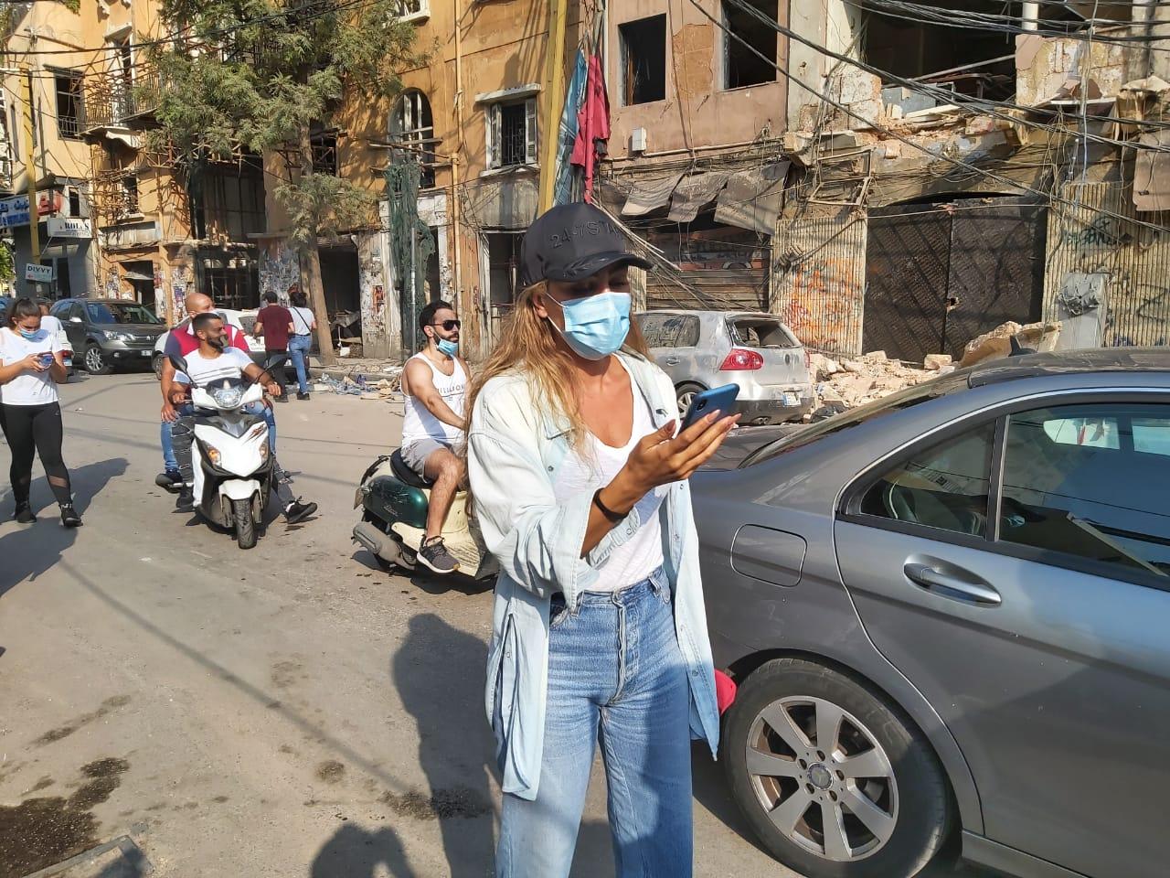 مايا دياب خلال جولتها في شوارع بيروت