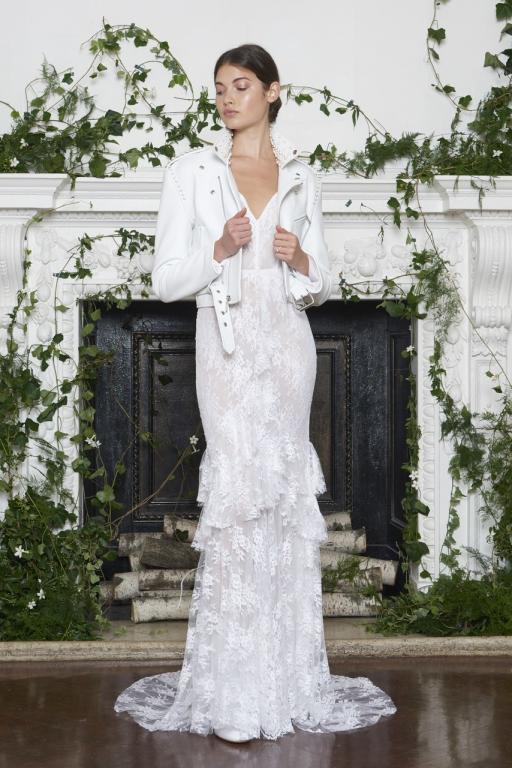 7c1ee89aae6a1 لم تعد السترة الجلدية موضة تختارها السيدة فقط في فصل الشتاء، بل يمكنك  عروستنا ارتداء السترة مع فستان الزفاف سواء كانت من الجلد أو الشيفون الناعم.
