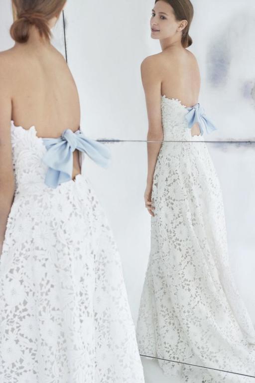 792c185d328f8 من تشعر بالملل من فستان الزفاف الكلاسيكي والعادي، عليها التوجه نحو لمسة  كارولينا هيريرا. أثواب زفاف ملونة وأخرى منقّطة، كلها صُمّمت خصّيصًا للمرأة  التي تحب ...