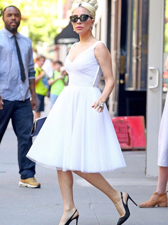 الليدي غاغا في فستان أبيض