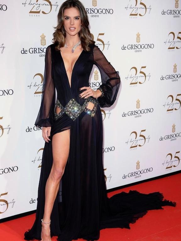 اليساندرا امبروزيو في فستان من روبيرتو كافالي