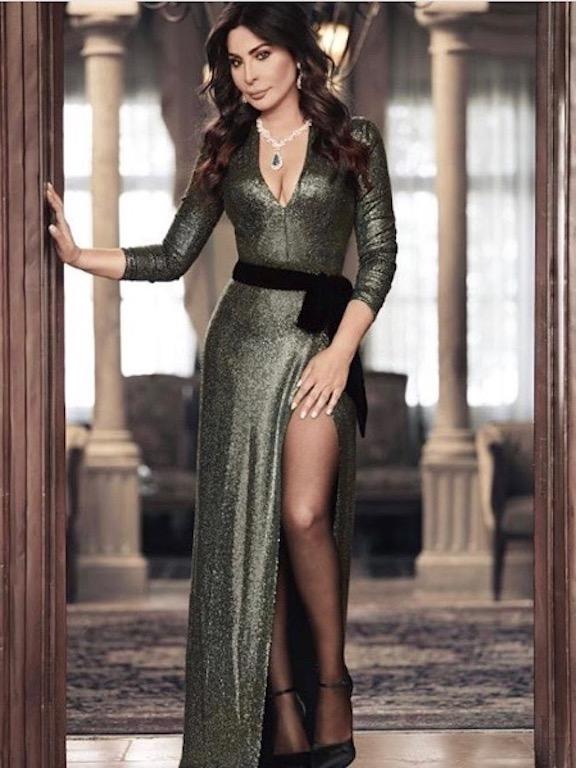 إليسا في فستان باللون الزيتي البراق