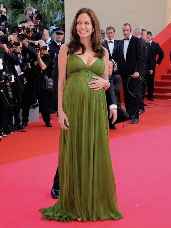 انجلينا جولي في فستان حمل أخضر