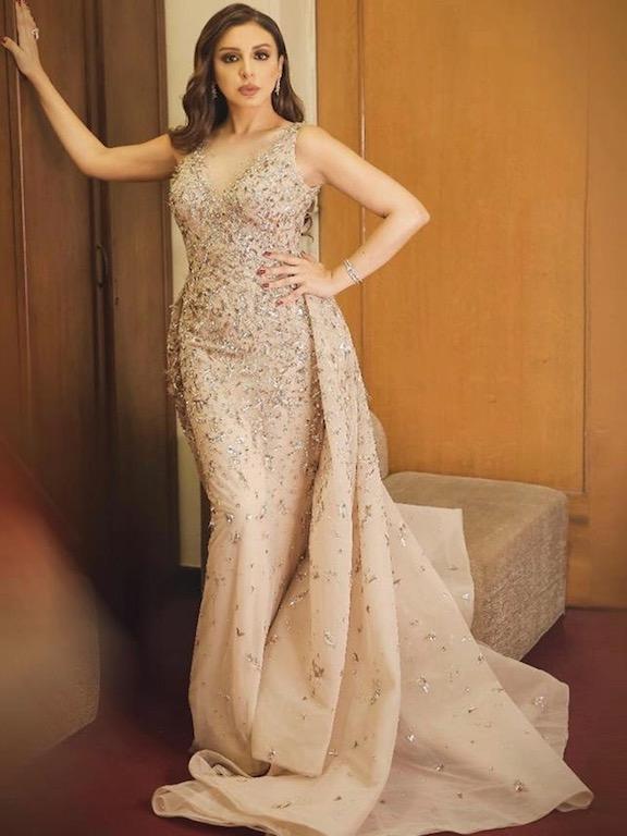 أنغام مؤخراً في فستان فاخر باللون الذهبي من زهير مراد