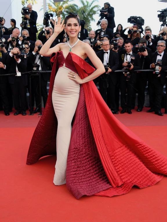 أرايا هارغيت في فستان حمل فاخر