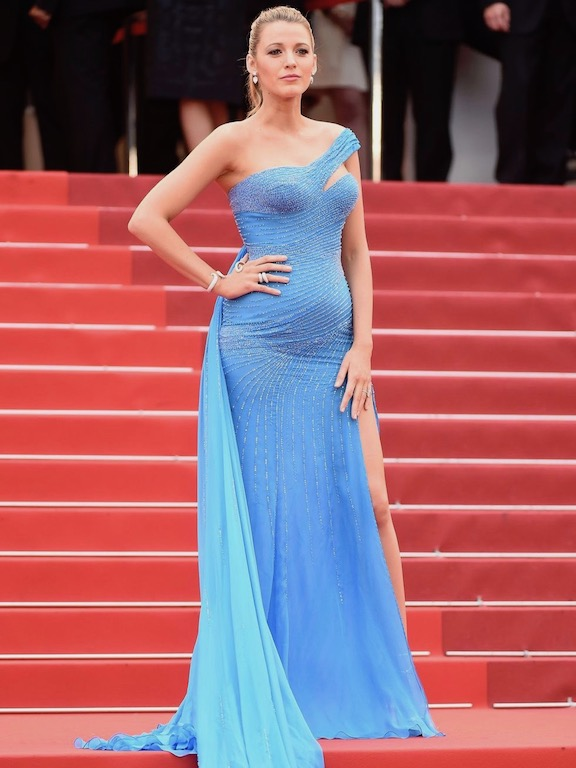بلايك لايفلي في فستان أزرق