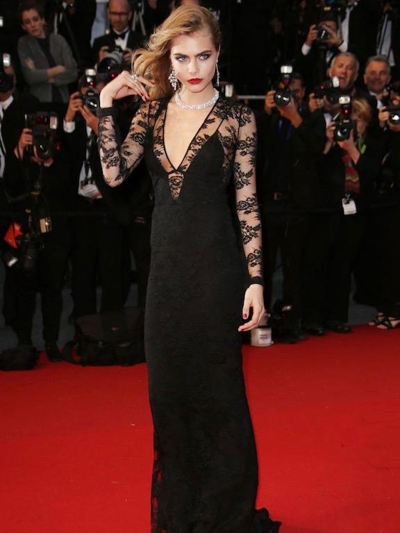 كارا ديليفينغ في فستان أسود من بربري