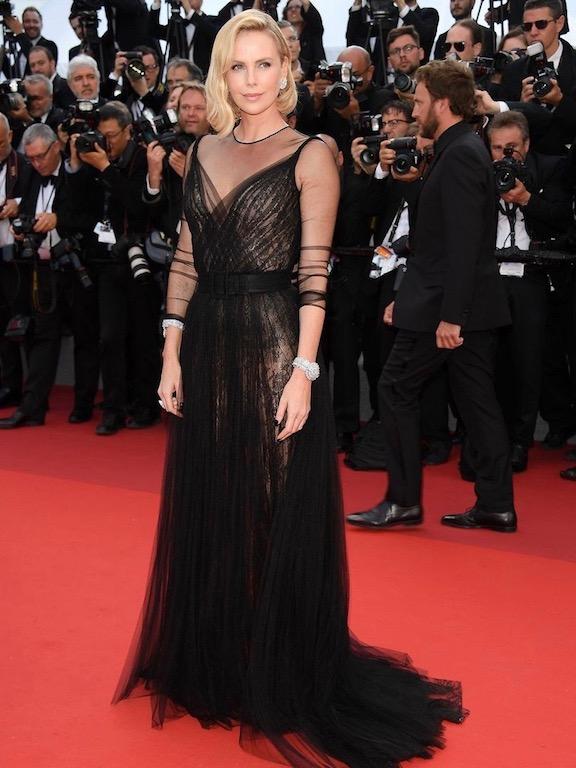 تشارليز ثيرون في فستان أسود من ديور