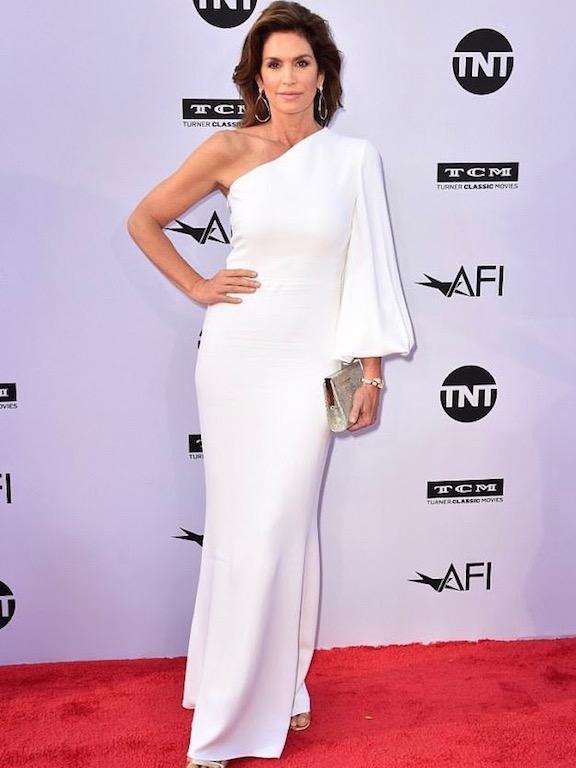 سيندي كراوفور في فستان أبيض