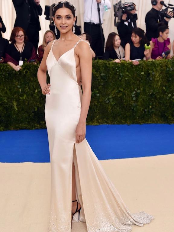 ديبيكا بادكون اطلالة أنثوية ناعمة في فستان من تومي هيلفيغر