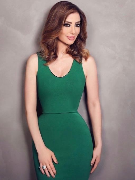 وفاء الكيلاني في فستان أخضر