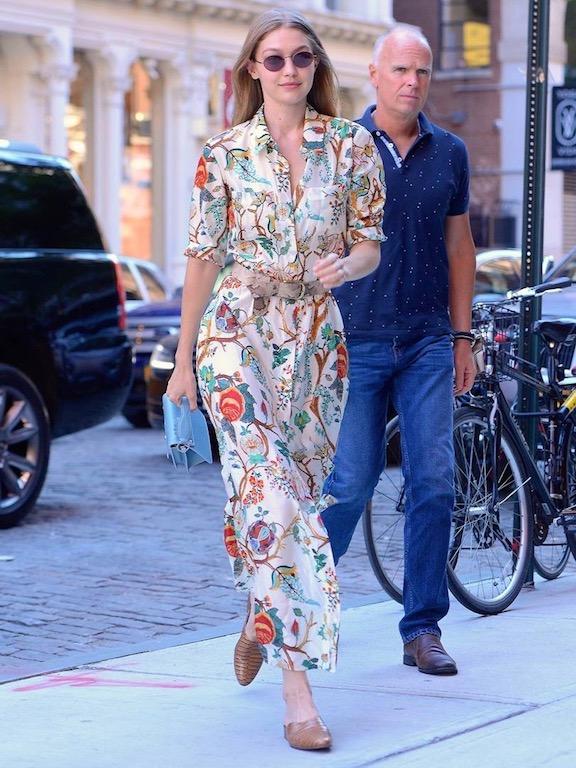 جيجي حديد في فستان ماكسي