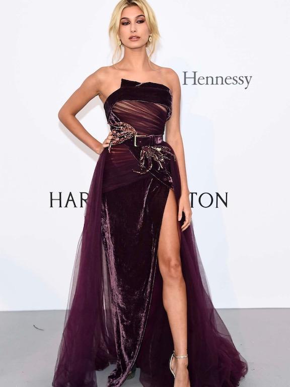 هايلي بولدوين في فستان ايلي صعب
