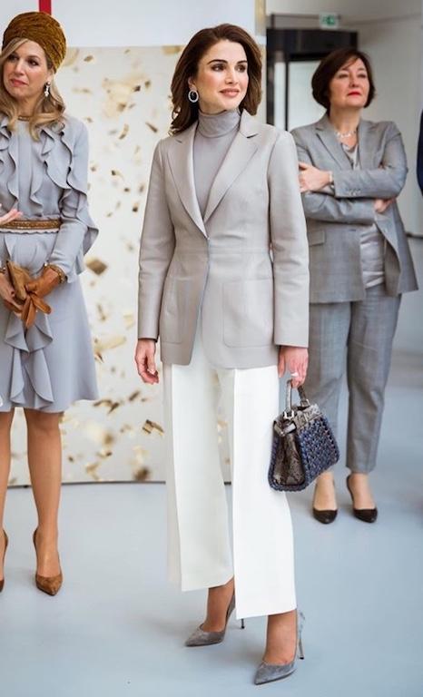 اللون الأبيض على البنطلون بأسلوب الملكة رانيا