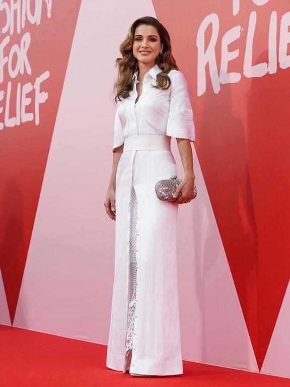 اللون الأبيض على فستان السهرة بأسلوب الملكة رانيا: