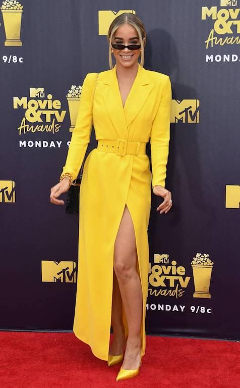 جاسمين ساندرس في اطلالة باللون الأصفر